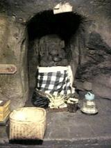 ゴア・ガジャ洞窟内の神像
