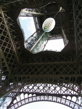 真下からのエッフェル塔