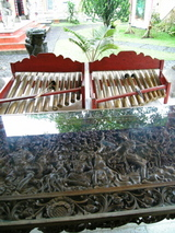NEKA美術館ジュゴグと木彫りテーブル