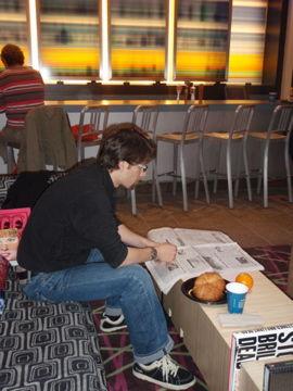 ホテルロビーで朝食