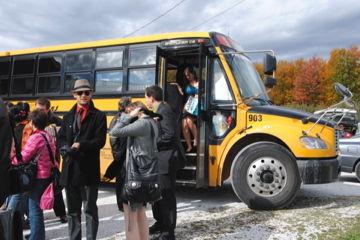 スクールバスで到着