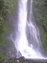 ギギの滝。滝つぼにJM