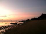 夜明け、静かなビーチが続く