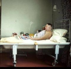 北朝鮮金正恩が病室のベッドの上でタバコを吸いお酒を飲む写真が出回る 合成疑惑も
