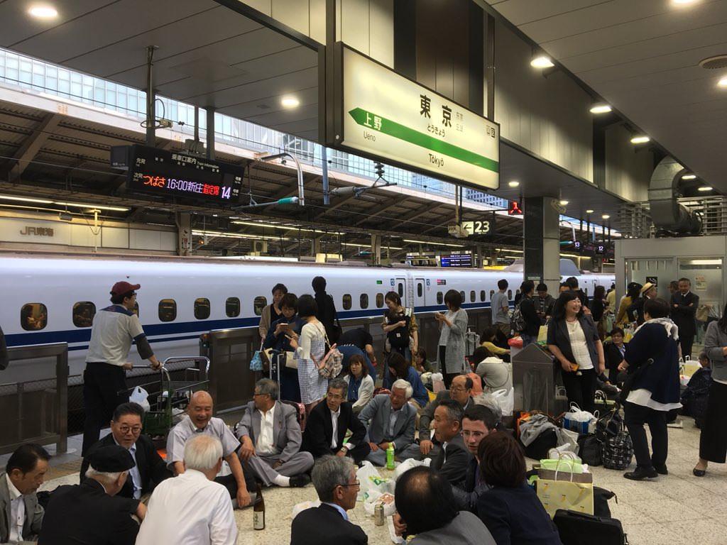 【大炎上】停電で動かなかった東北新幹線、客はホームで宴会を始めて楽しんでてワロタ【速報】