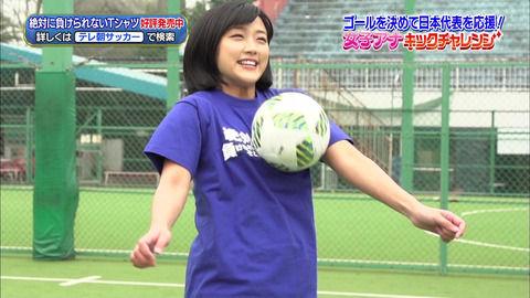 竹内由恵アナ、おっぱいトラップシュートしてパンティ透けちゃってる。