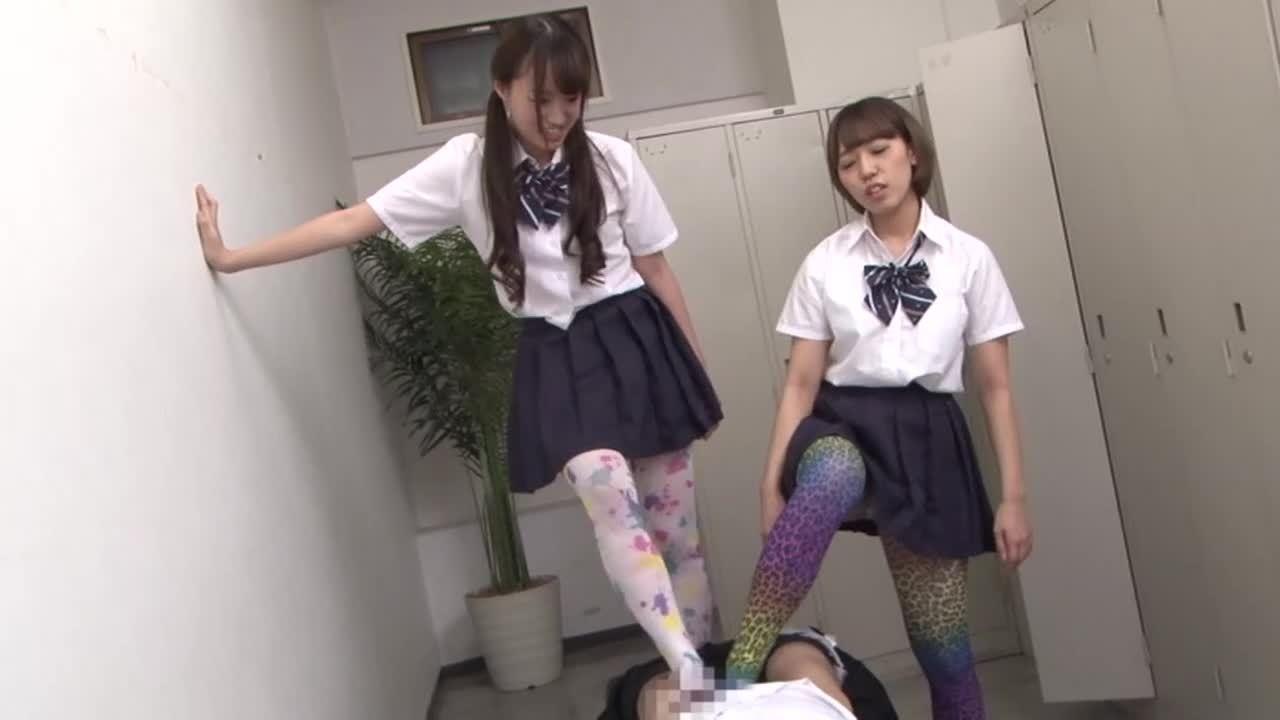 ボーダー、アニマル、サイケ柄・・・色々なカラータイツ脚で男を責める女子校生たち