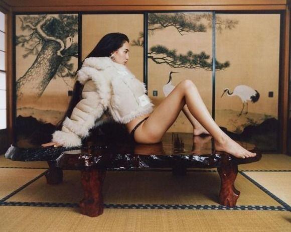 """【画像】水原希子、""""机の上に下着でM字開脚""""写真に批判 「下品」な写真を投稿し続ける狙いは?"""
