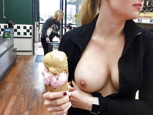 【画像】カフェでバレないように乳を出すおっぱいチャレンジが流行ってしまうw