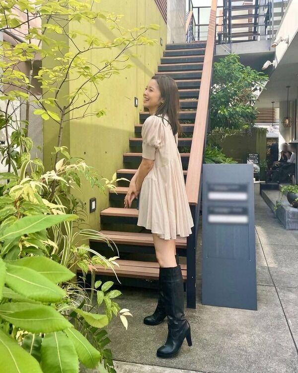 【画像】久慈暁子アナ、ミニスカワンピにロングブーツの散歩コーデ 「絶対領域サイコー」「美脚にブーツは反則」の声