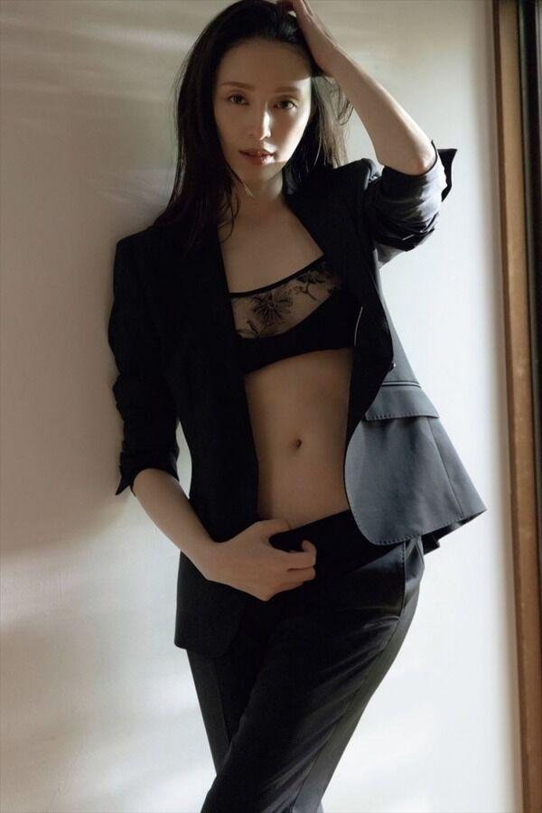 """【画像】""""美の女神""""栗山千明(36)、ため息が出るほどの艶やかグラビア"""