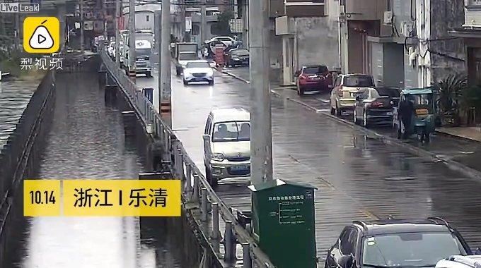 中国の街中で溺死した3歳の女の子。