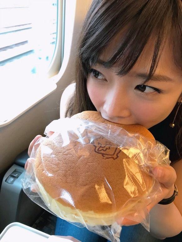 【画像】AV女優・紗倉まな、新幹線で「りくろーおじさんの焼きたてチーズケーキ」を我慢できずに食べる