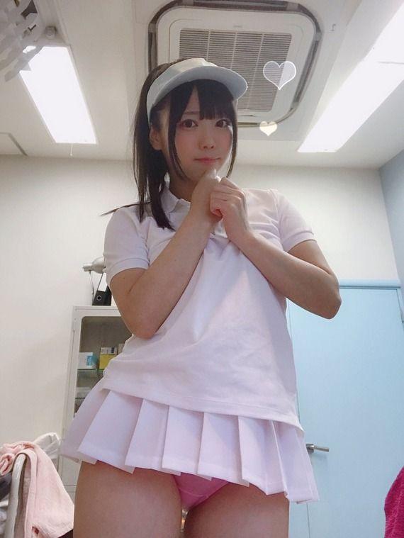 【画像】テニスウェアを着た女の子のパンツが丸見えwww