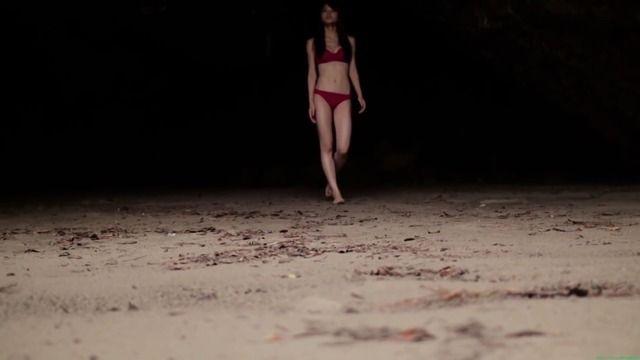 闇夜の赤ビキニ 元キュート 矢島舞美 水着グラビア「39枚」