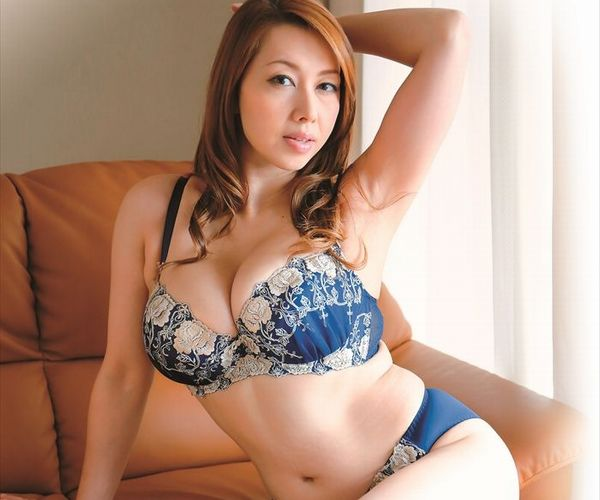 熟女エロ画像 性欲が強そうな巨乳人妻美魔女70枚
