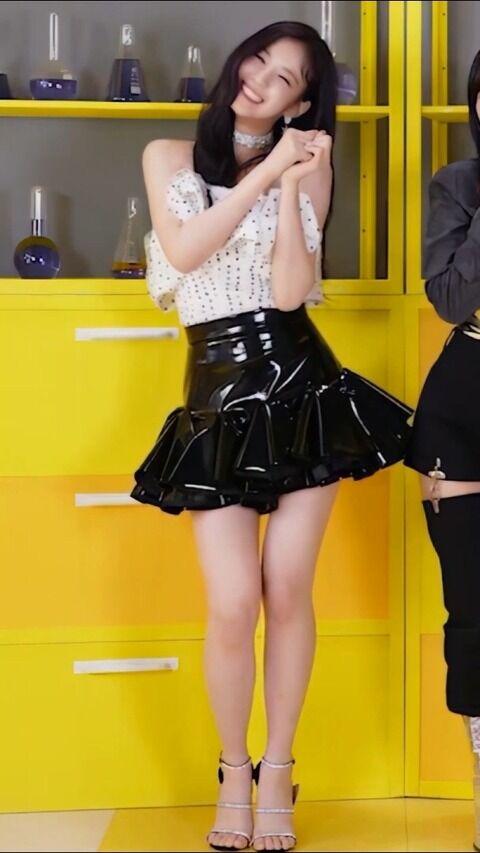 超絶ミニスカート衣裳でスラっと伸びる美脚を魅せながら踊ってるwoo!ah!ウヨン