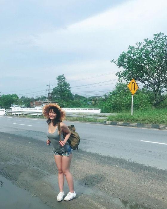 【画像】タンクトップとショーパンで旅してるえちえちな巨乳女www