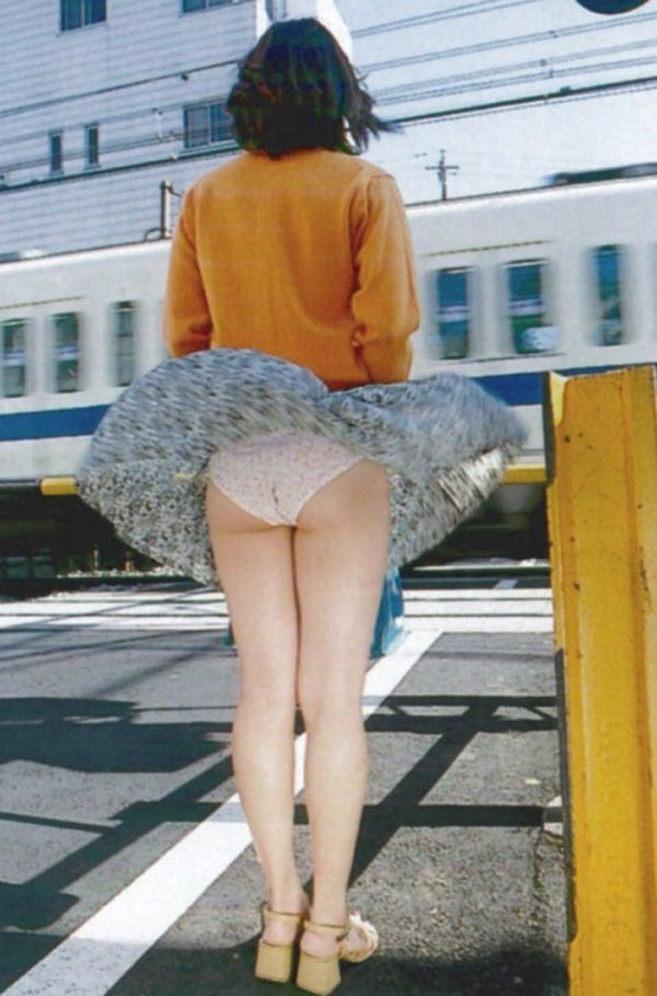 もしも風でスカートがめくれてパンティーがモロ見えになったら