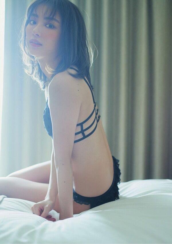 【画像】人気女優の内田理央さん、売れてるのにまた卑猥なグラビアをやらされるwww