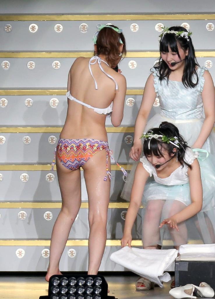 指原熱湯風呂の横にいる奈子ちゃんの前屈みおっぱいポロリをスポーツ紙が撮影掲載