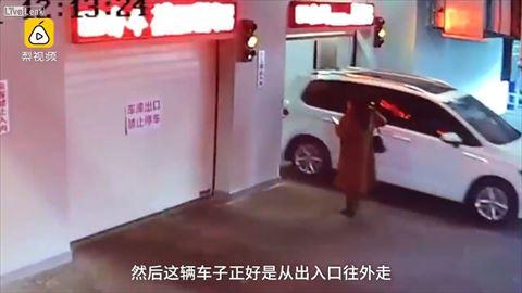 【衝撃】別世界に迷い込む、歩きスマホの女性を監視カメラがとらえた模様…