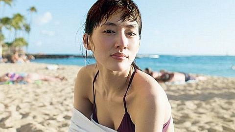 綾瀬はるかがハワイでバストチラ見えもある写真集撮影。