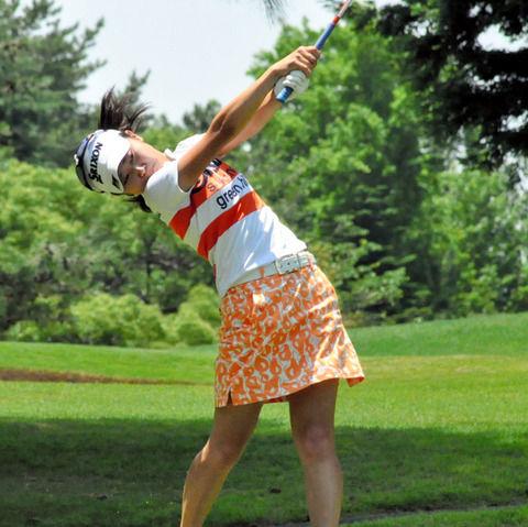 【画像】女子高生ゴルファー、ミニスカ姿にオジサン達がギンギンに