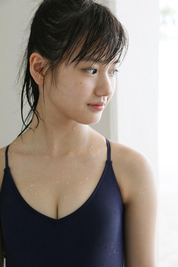 【画像】モー娘。横山玲奈のスク水姿って異様にエロいよな?