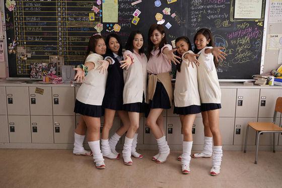 【画像】広瀬すず、池田エライザら若手女優が90年代ミニスカ&ルーズソックスのコギャルに変身
