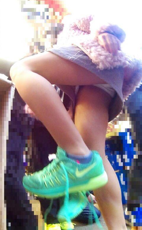 【パンチラ画像】ガチエロ盗撮アングル!靴にカメラを仕掛けて街中を歩くと色んなパンチラが撮れたwwwwwww