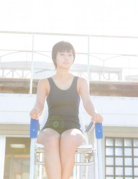 新井愛瞳 学校のプールでスクール水着! 17歳にして「スク水の女王」。彼女のスクール水着は、日本代表間違いなし!!2015