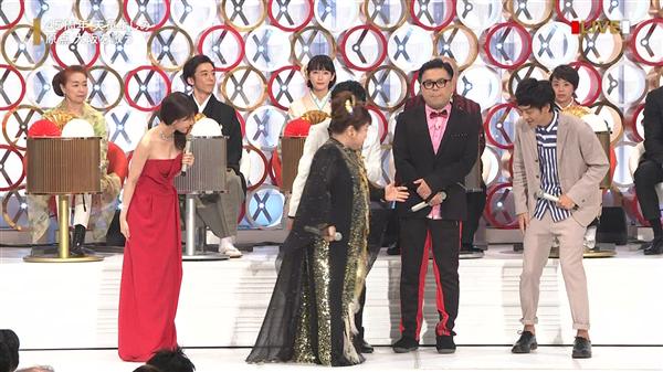 【画像GIF】有村架純さん、紅白でウヒョヒョおっぱいを披露