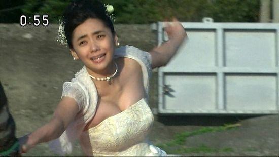 【GIF有】倉科カナが黒ランジェリー姿でベッドゴロゴロしてるだけの動画