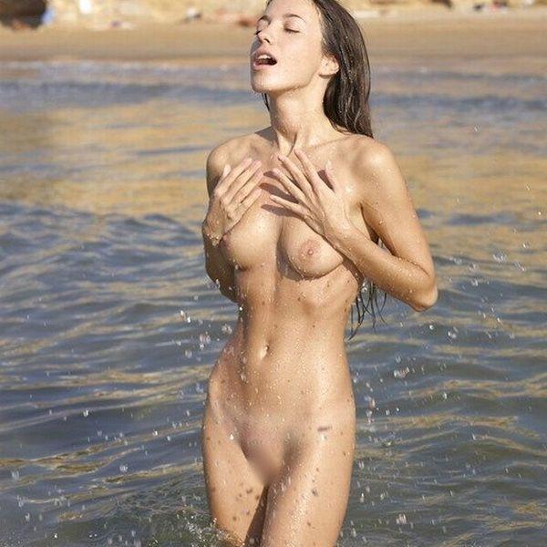 パイパン外国人の美しいオールヌード画像