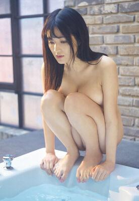葉加瀬マイの全裸で見えちゃったエロ乳首