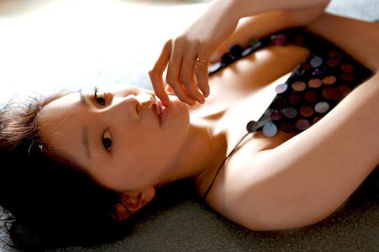 【画像】女優・石橋杏奈、写真集で水着やミニスカ&美脚を披露