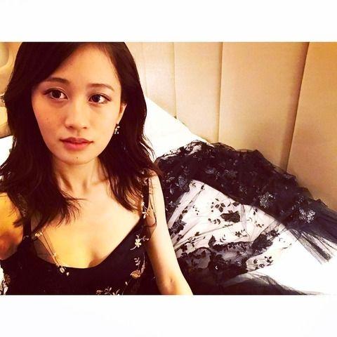 前田敦子、胸元大胆なSEXYドレス姿を披露www