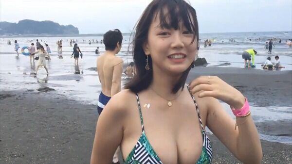 【画像】例の水着巨乳JKの卒アル写真www