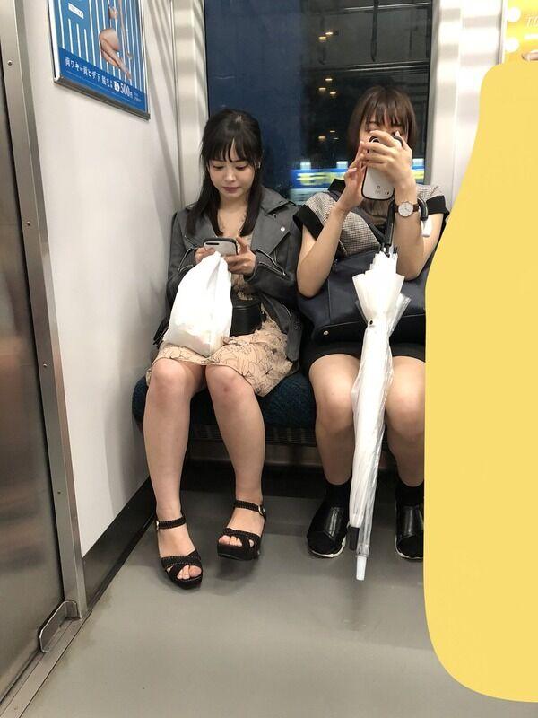 【画像】電車に乗ってるところを撮られたAV女優さん、普通の女子大生かOLにしか見えないwww