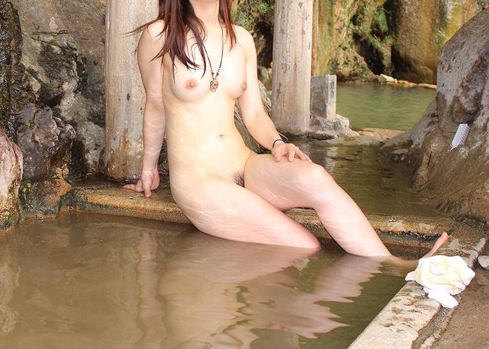 【温泉エロ画像】カメラのせいで露出行為扱いな露天風呂の淑女たち(゚A゚;) | 可愛いエロ画像盛り沢山!