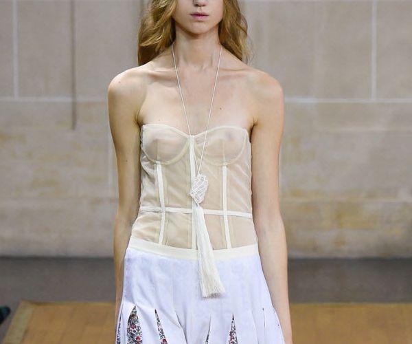 ファッションショーの美人モデル「下着はつけちゃダメなんですか!?」