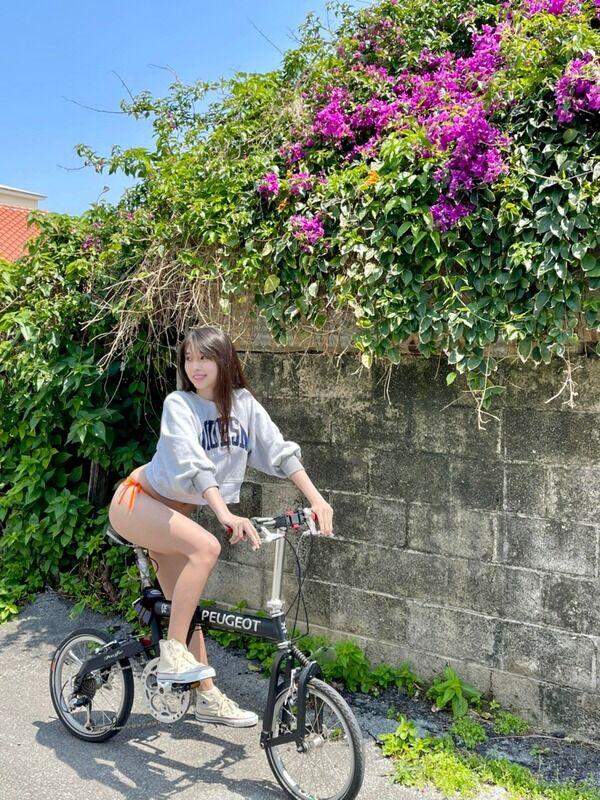 【画像】半裸で自転車に乗るモー娘。牧野真莉愛さん