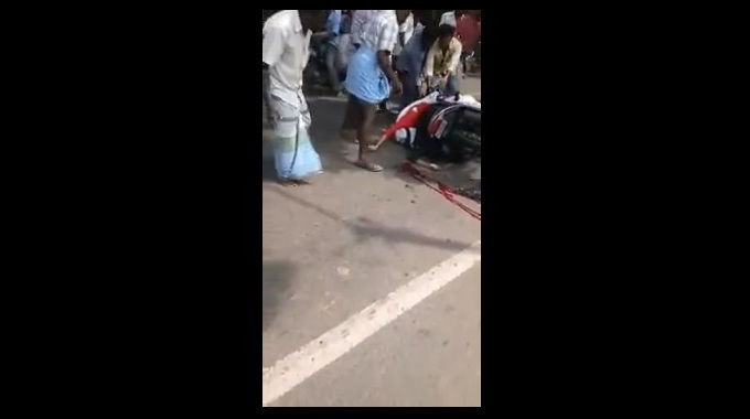 【閲覧注意】 トラックに人が乗ったままのバイクが突き刺さっている衝撃的な交通事故の映像です。