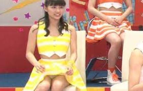 宮﨑理奈ちゃん自分でスカートめくってパンティー見えちゃった