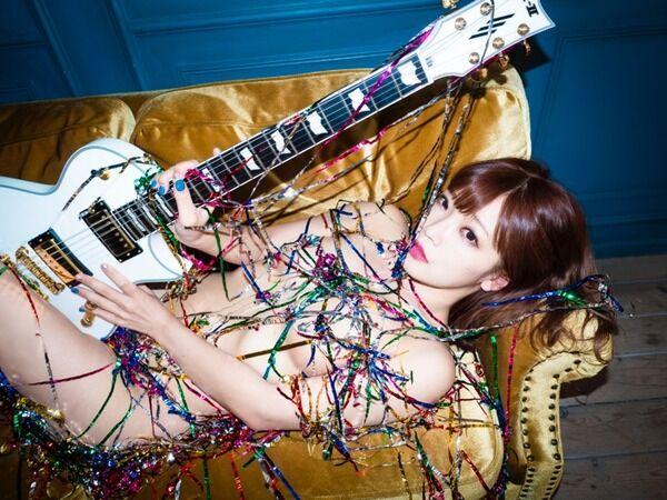 【画像】もはや全裸は当たり前!? 「今いちばん脱げるシンガーソングライター」藤田恵名