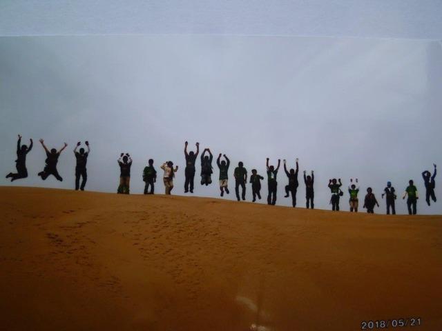 砂丘頂上でジャンプ