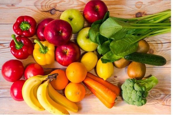やる気が出る食品:フルーツと野菜を手渡すと若者の活力が上がる