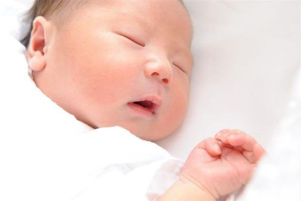 へその緒の結紮を一分遅らせることで早産児の生存率が上昇する
