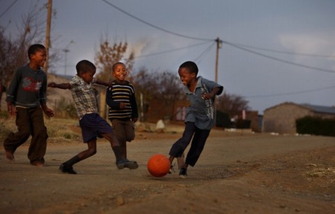 South+African+Kids+Play+Street+Football+GV47Z-XNP7zl